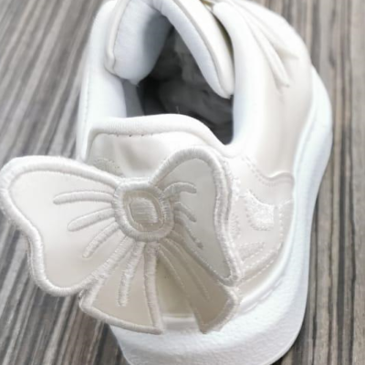 CARAMELO BOW TRAINER IN PEARL WHITE
